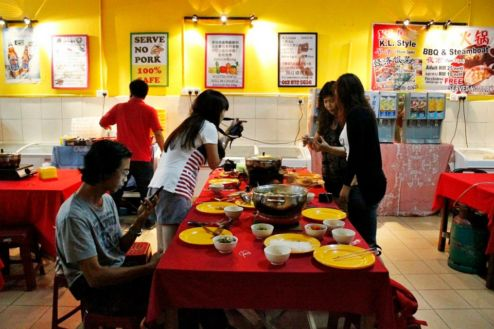 Bloggers at work by Beverly 494x329 The homely KL Style BBQ & Steamboat restaurant
