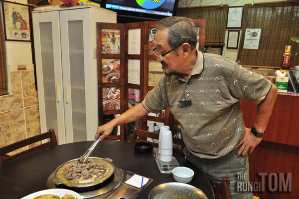Mr Han preparing bulgogi Bintulu Korean Restaurant, Lintas Plaza