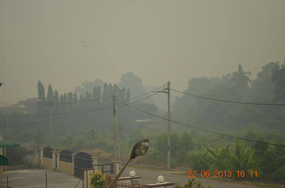 "Photo caption, ""HK Goh sent this pic from Muar, Johor, the worst-hit area from the haze in Malaysia. The API hit a record 519 today (credit: HK Goh) 22 JUNE"""